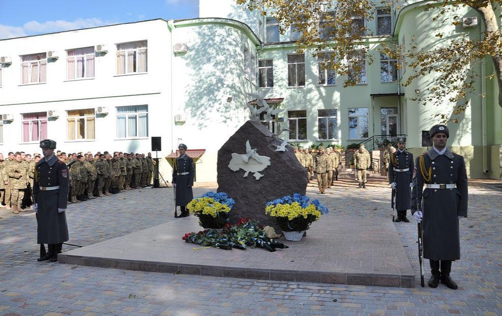 ВОдессе открыли монумент сименами погибших вАТО железнодорожников