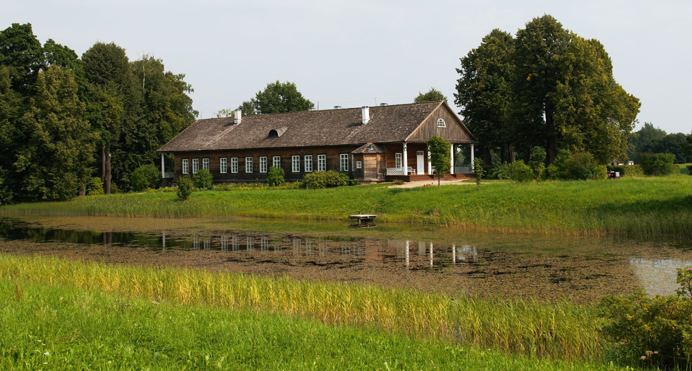 Фотография 22. Домик в Пушкинских Горах (музей). Пейзаж, снятый на Nikon D300s с зумом Nikon 24-70mm f/2.8G. 200, F6,3; 1/1000 s.