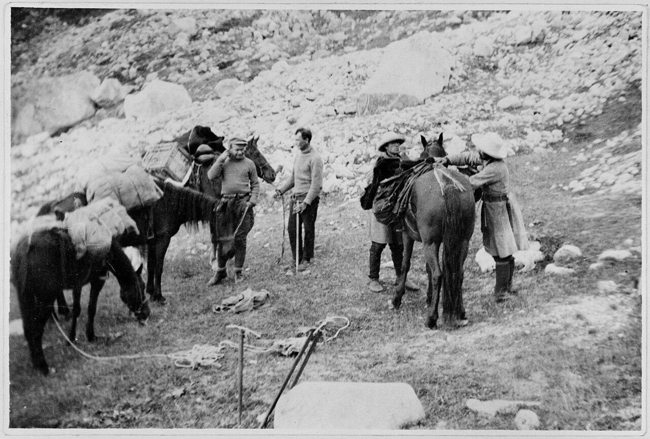 31 августа. Группа II. Стационарный лагерь на альпийском лугу Миссес-Кош (2450 м) возле глетчера Безенги в долине Черека Хуламского. Загрузка вьючных лошадей в главном лагере перед возвращением в Нальчик