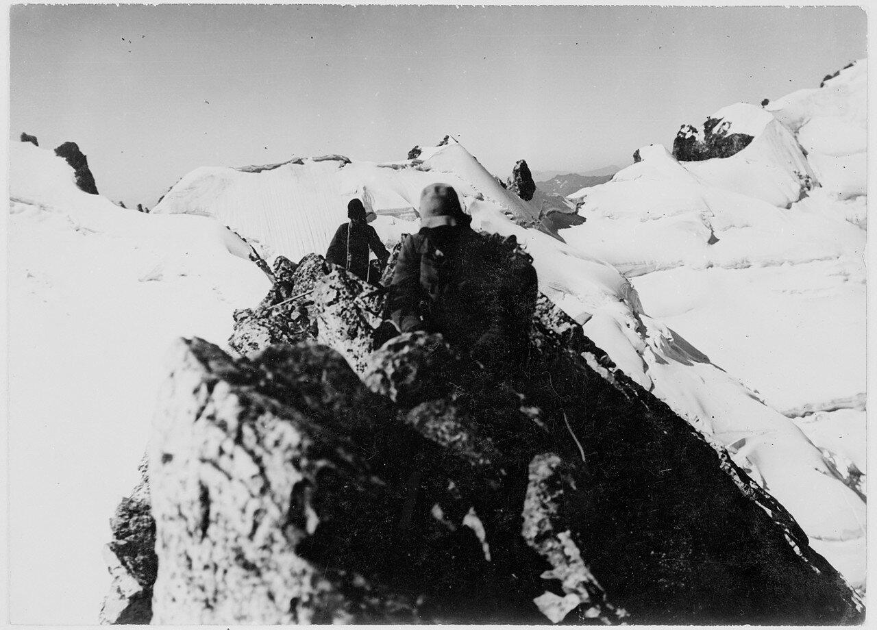 20 августа. Группа III. Первое восхождение на Фитнаргин-тау (4184 м) по северо-западному хребту. Вид на юго-юго-запад и глетчер Айлама
