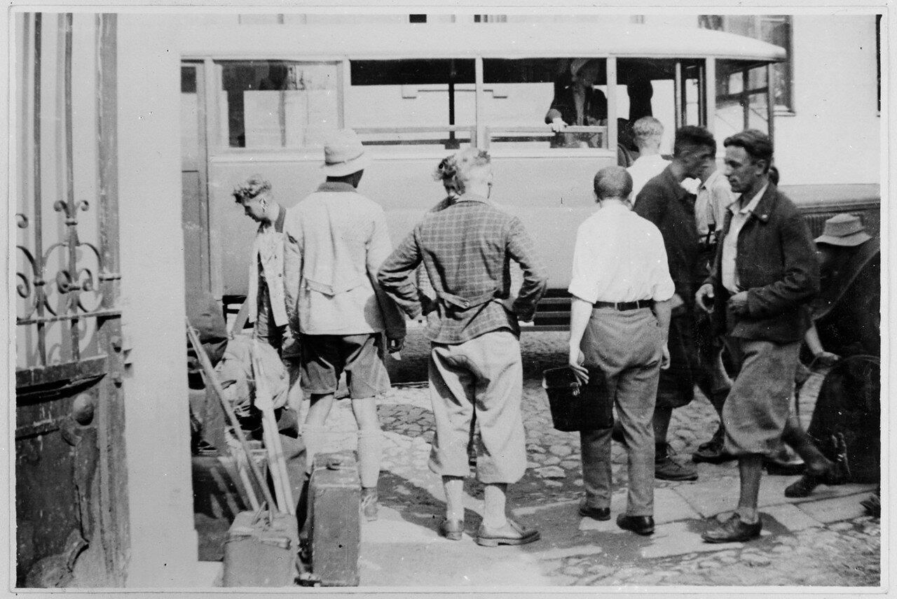Июль. Москва. Часть участников экспедиции с багажом в передней части автобуса