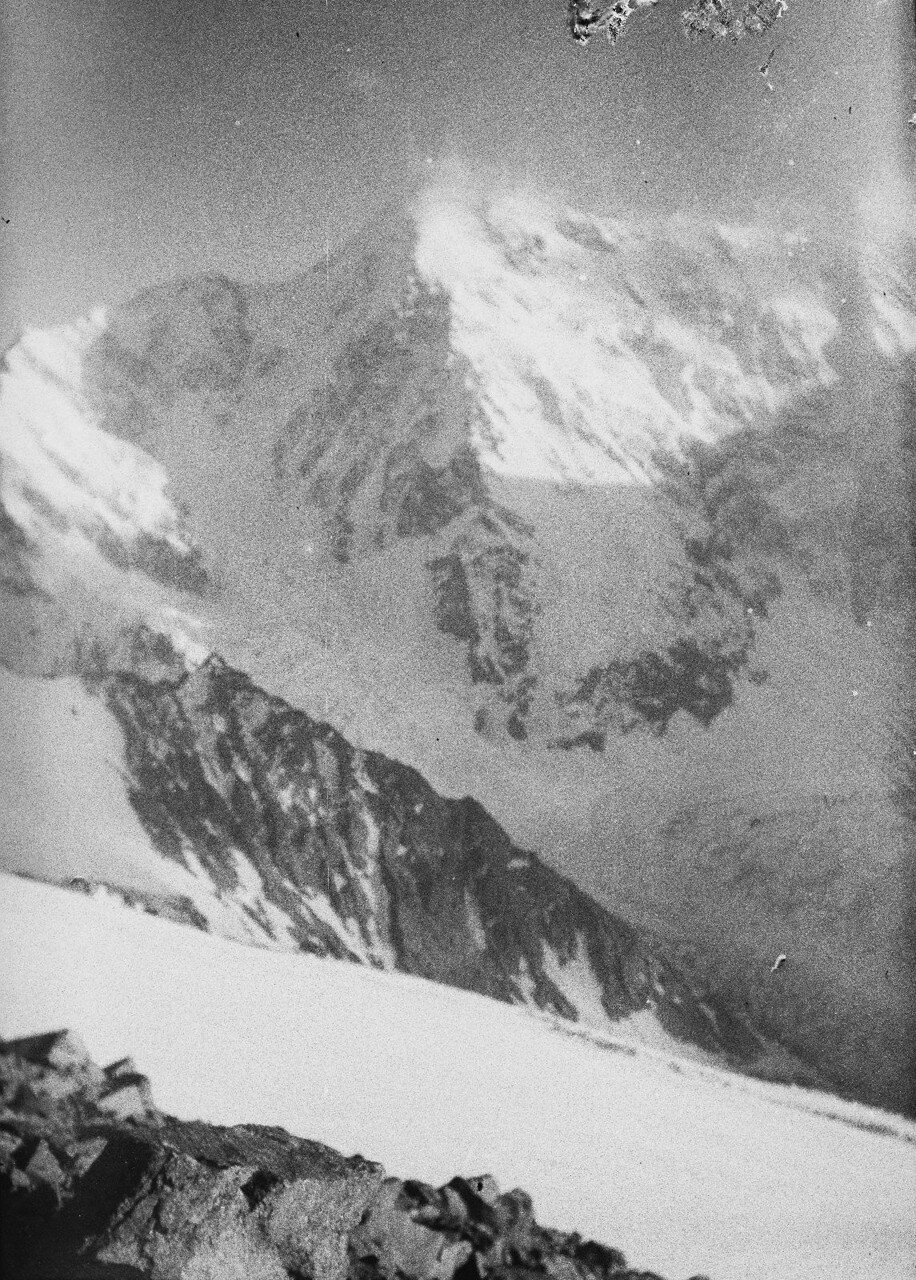 18 августа. Группа II. Дых-тау (5058 м). Первое восхождение по южному хребту Дых-тау. Вид Шхару