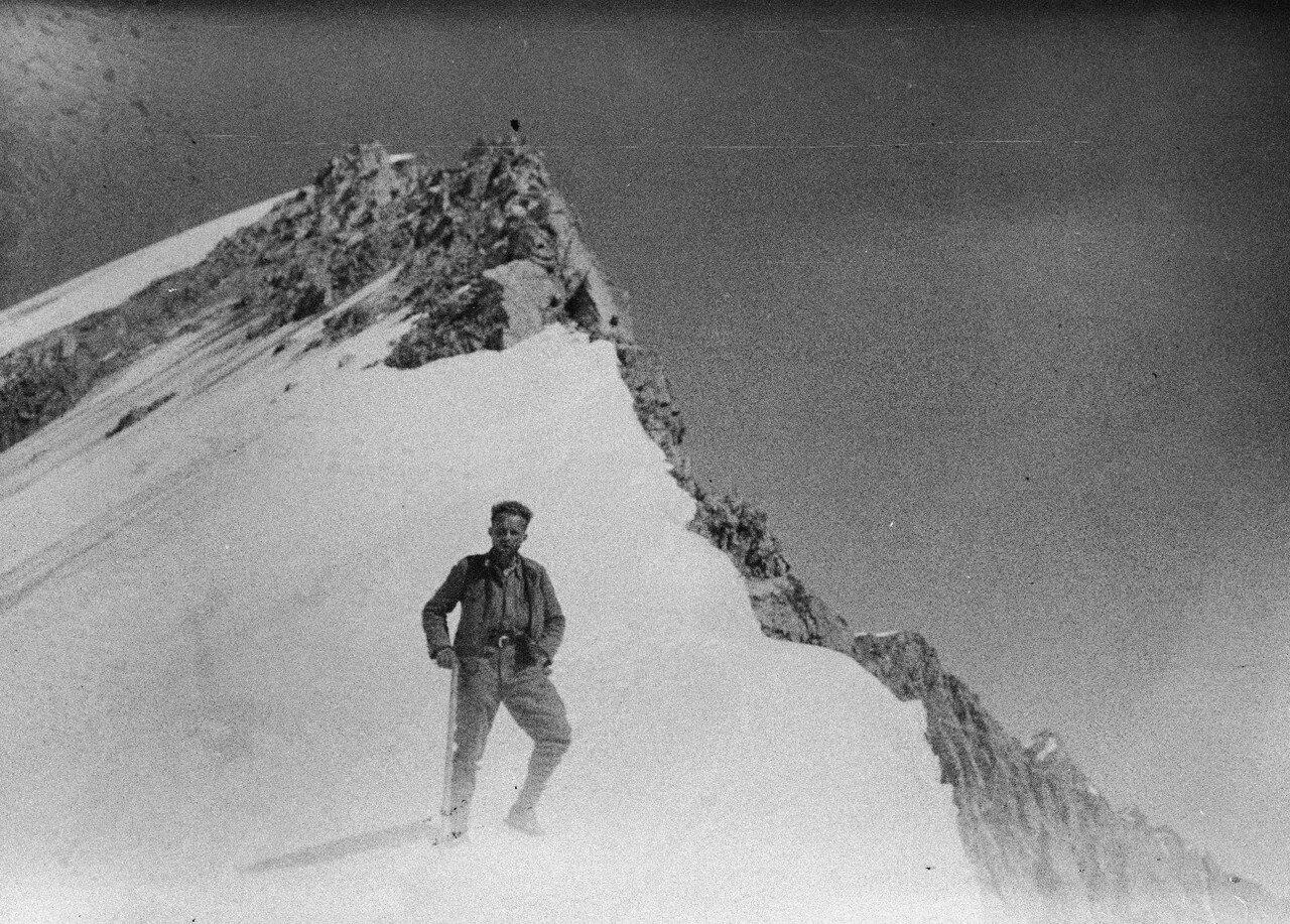 29 августа. Группа II. Экспедиция по поиску пропавшего Эдди Тусила. Вальтер Зальфельд во время спуска по хребту