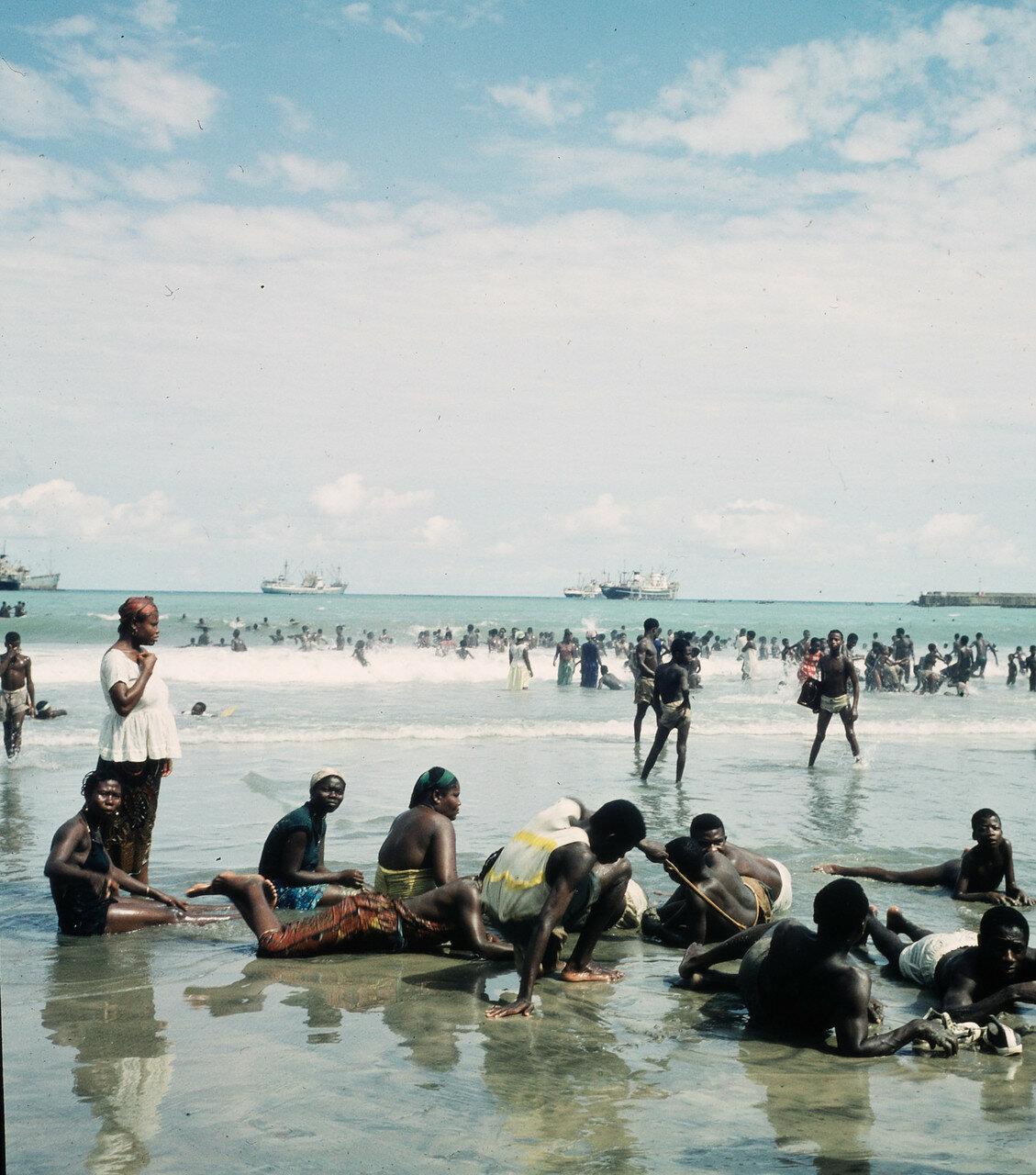 Отдыхающие на берегу возле Форта-Ашер, 26 апреля