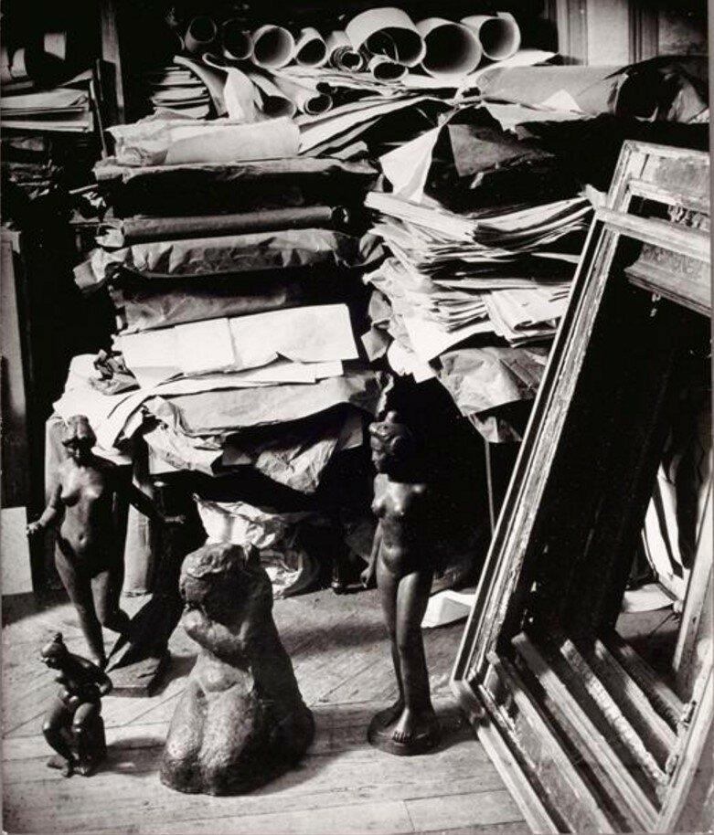 1934. Уголок офиса Амбруаза Воллара с скульптурами Майоля, Пикассо и Ренуара