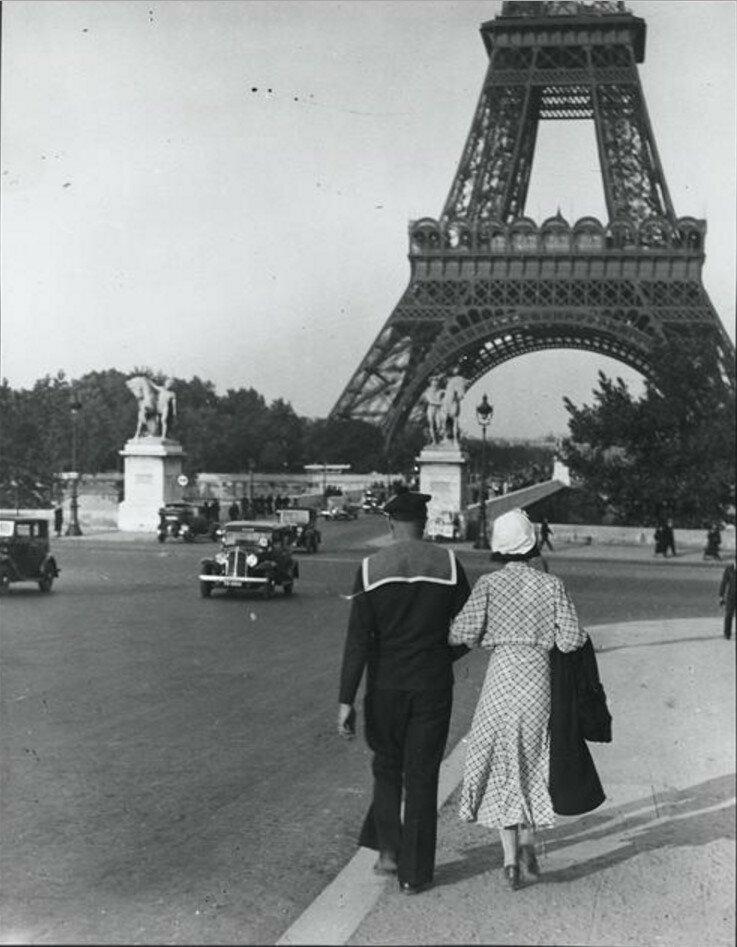 1932. Пара возле Эйфелевой башни