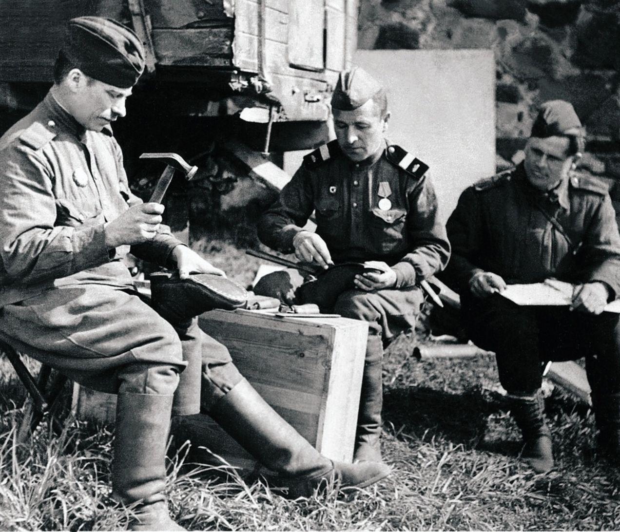 Действующая армия. 63-я гвардейская Челябинская танковая бригада. Походная сапожная мастерская