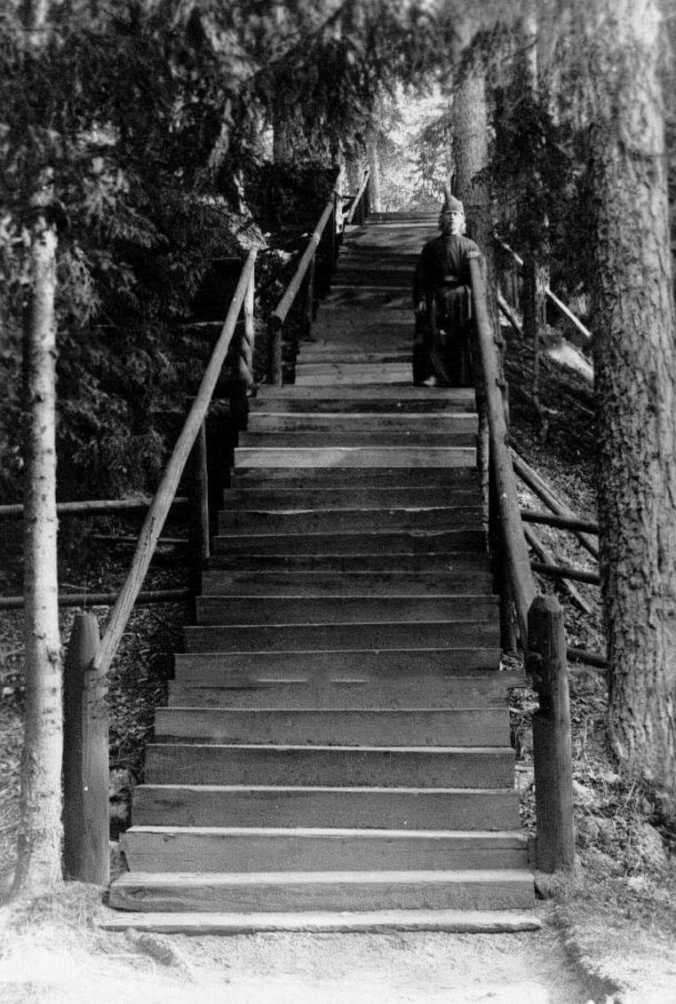 19. Послушник на деревянной лестнице. ведущей от Конь-камня к скиту