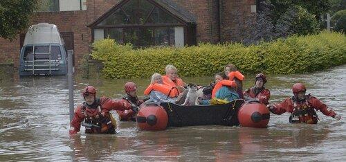 """Британская армия ликвидирует последствия шторма """"Десмонд"""""""