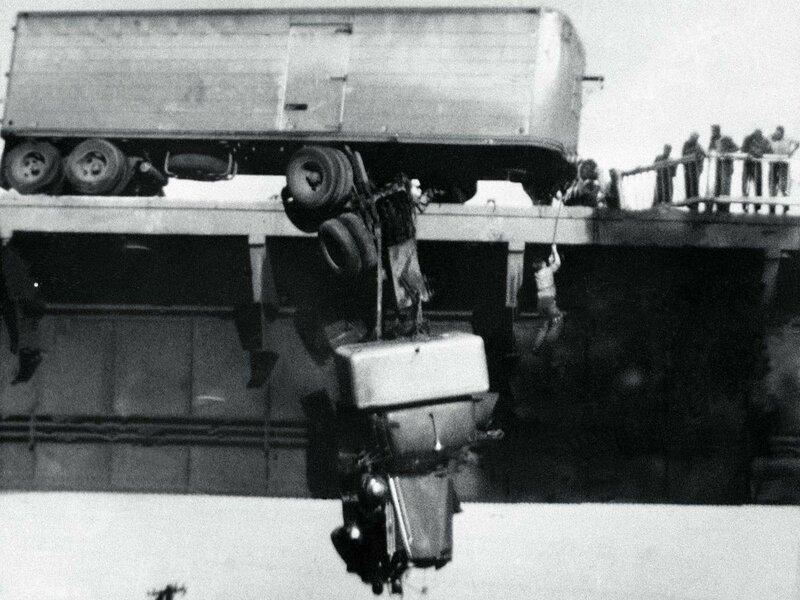 Спасение водителя сошедшего с моста тягача, Реддинг, штат Калифорния, США, 1954 г. (Фото Walter M. Schau).Jpg