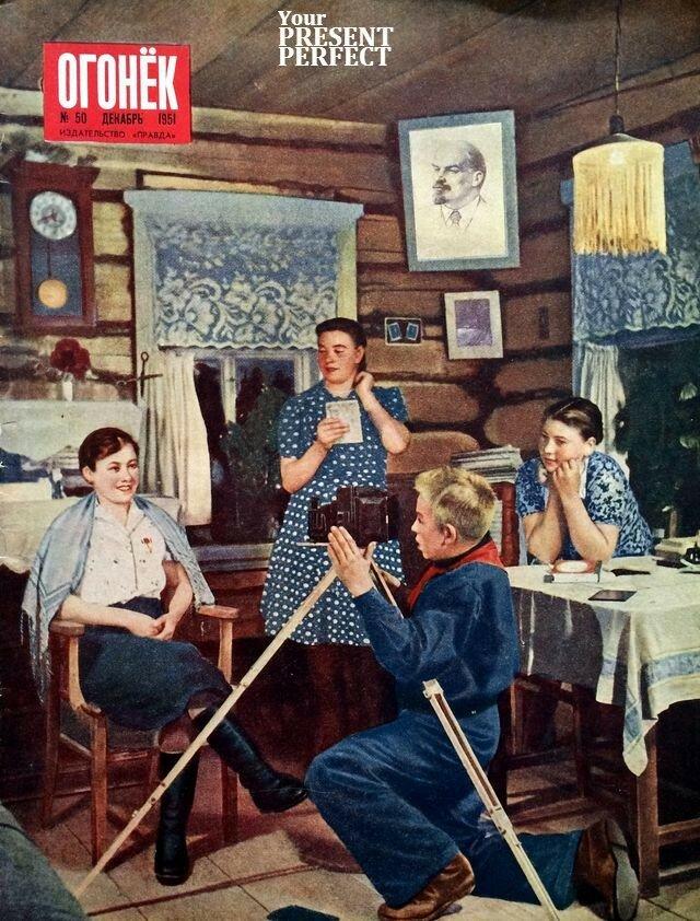 1951 Колхозный фотолюбитель Миша Колочков фотографирует героя соцтруда Татьяну Елдырёву Чувашская АССР Ogonek-50DEC1951.jpg