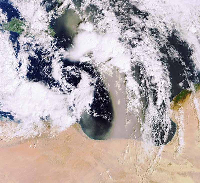 15. Песчаные бури, подобные этой, которая видна на фото от 10 февраля 2007 года, идущей через Средиз