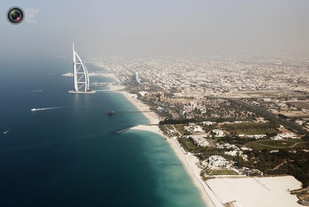 1. Вид с воздуха на отель «Бурдж аль-Араб» в Дубае. (REUTERS/Jumana El Heloueh)
