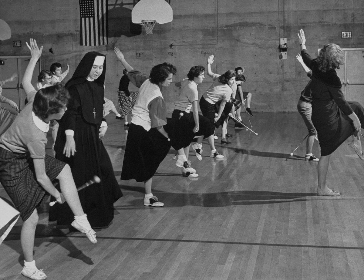 1953 год. Группа девочек из церковно-приходской школы Pep тренируется с гимнастическими палками в сп