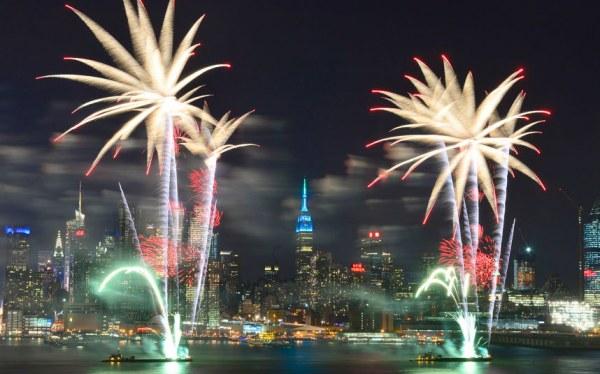 Фейерверки над рекой Гудзон в Нью-Йорке