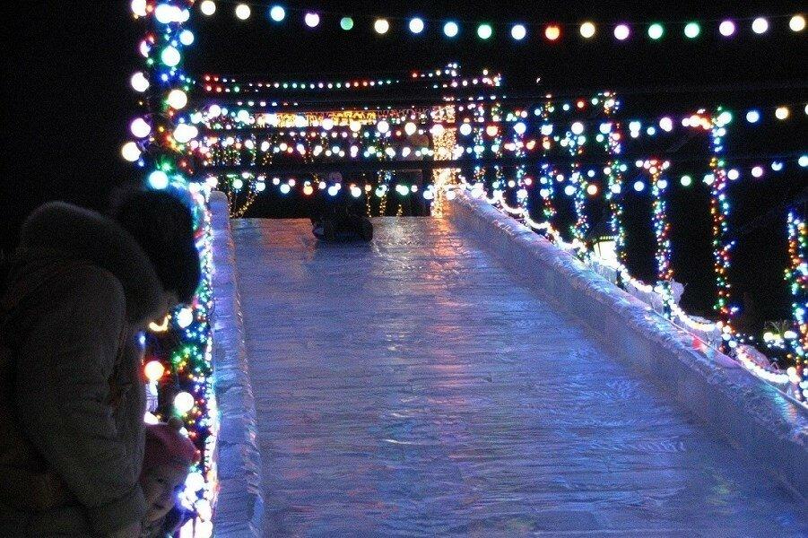 Любимая зимняя забава - катание с ледяной горки