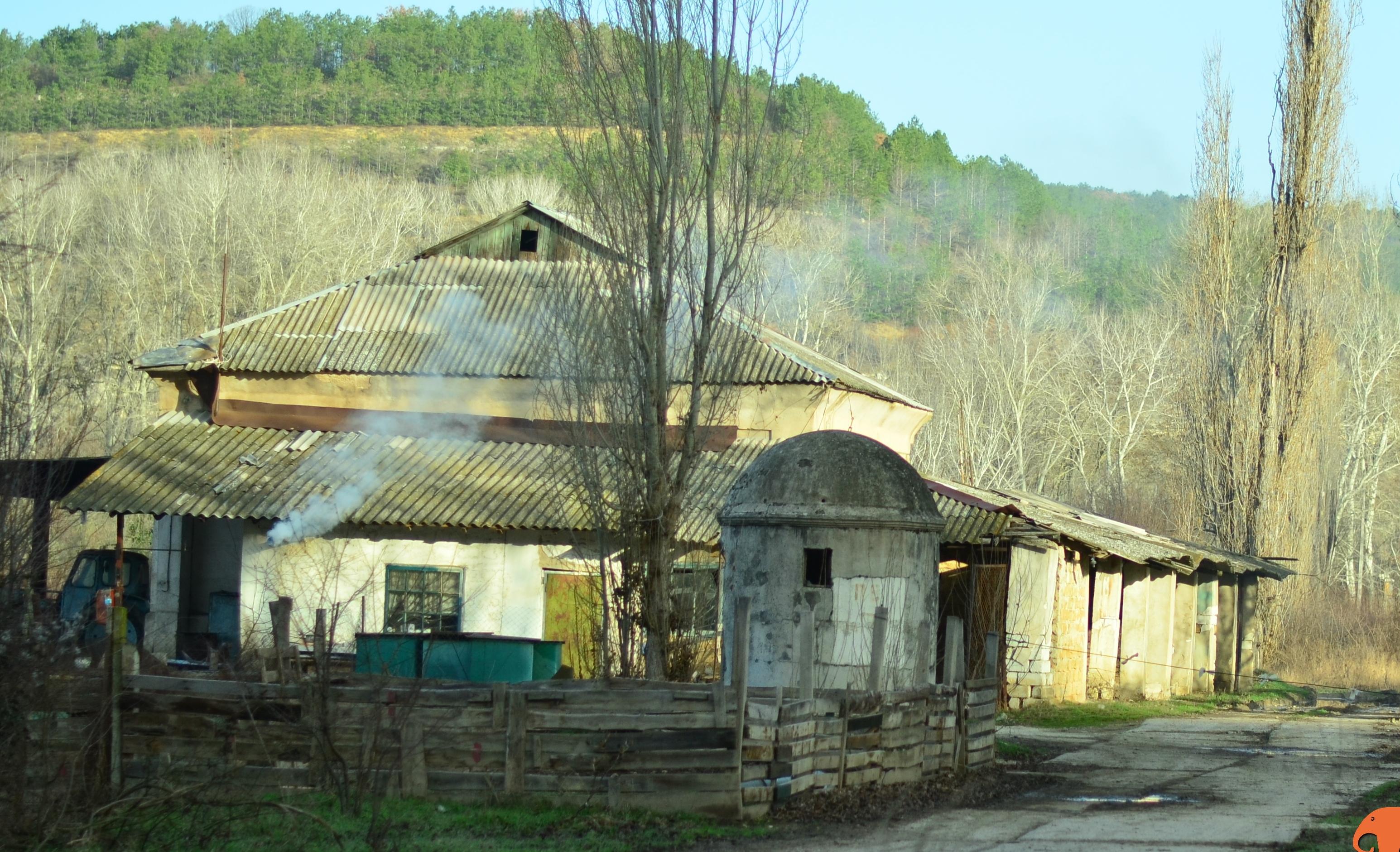 сельский дом из трубы идет дым || yo-klmn.ru
