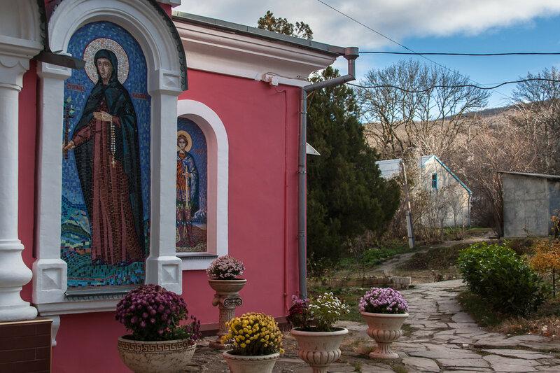 У входа в храм Св. Параскевы