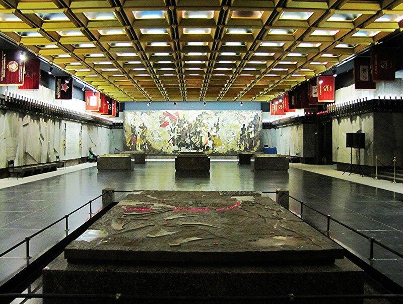 В подземном памятном зале