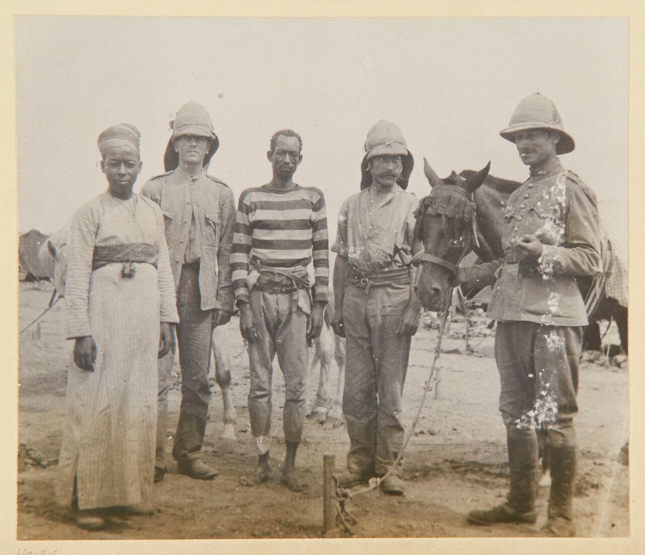 Томми, молодой суданец в тюрбане; рядовой Эдвард Годфри, 1-й батальон гвардейских гренадер; рядовой Томас Харт, 1-й батальон гвардейских гренадер; пони; лейтенант Гаскойн (1873-1944), адъютант,