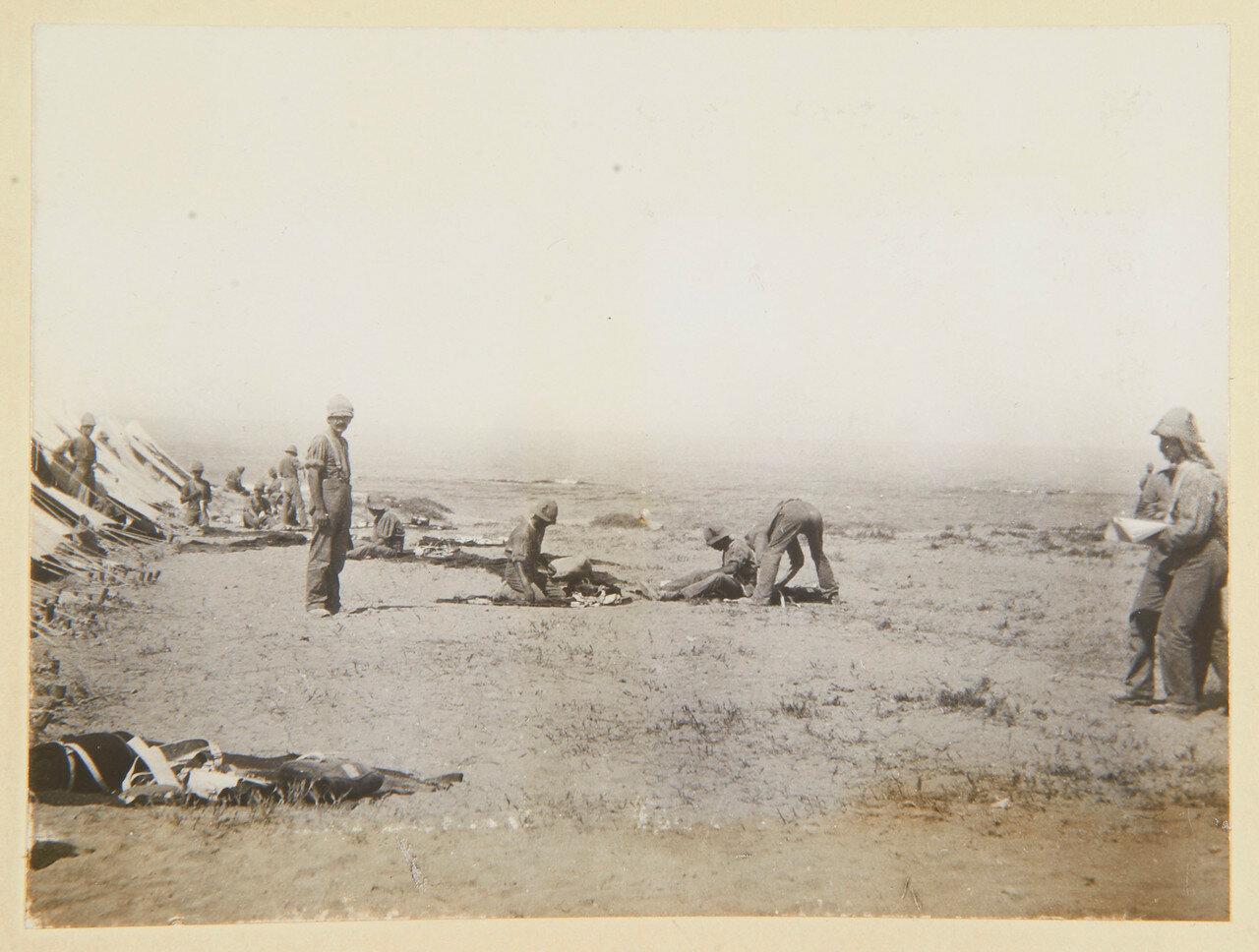 Гренадеры в Сиди Габер возле Александрии чистят обмундирование на берегу моря