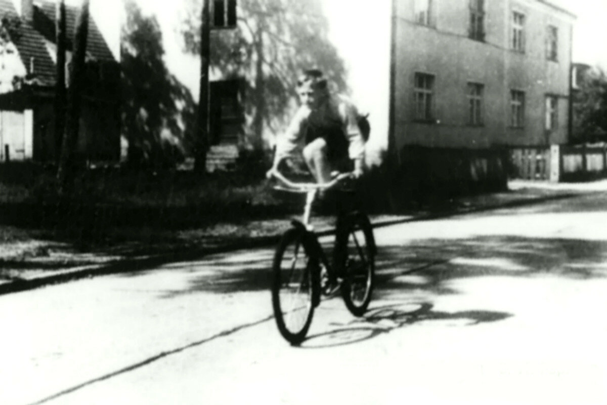 1948. Володя Высоцкий катается на велосипеде по Мариен Вердер штрассе, г.Эберсвальде