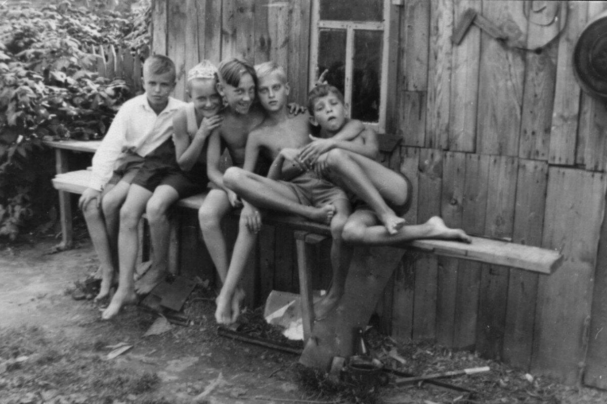 1951. Володя Высоцкий с друзьями на даче в Валентиновке под Москвой
