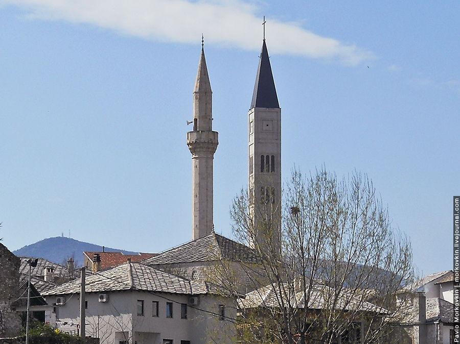 Минарет и колокольня католической церкви в Мостаре