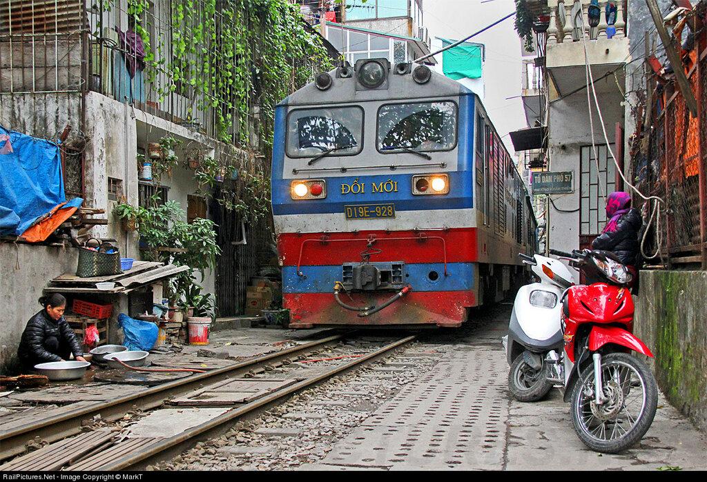 Locomotive Duong Sat Viet Nam DSVN D19E  #928. To Dan Pho 57, Hanoi, Vietnam , January 09, 2013