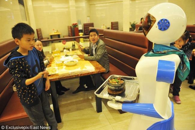 © Eastnews  Кафе Robot Dinning Hall вНинбо, где роботы «служат» официантами. Роботы могут при