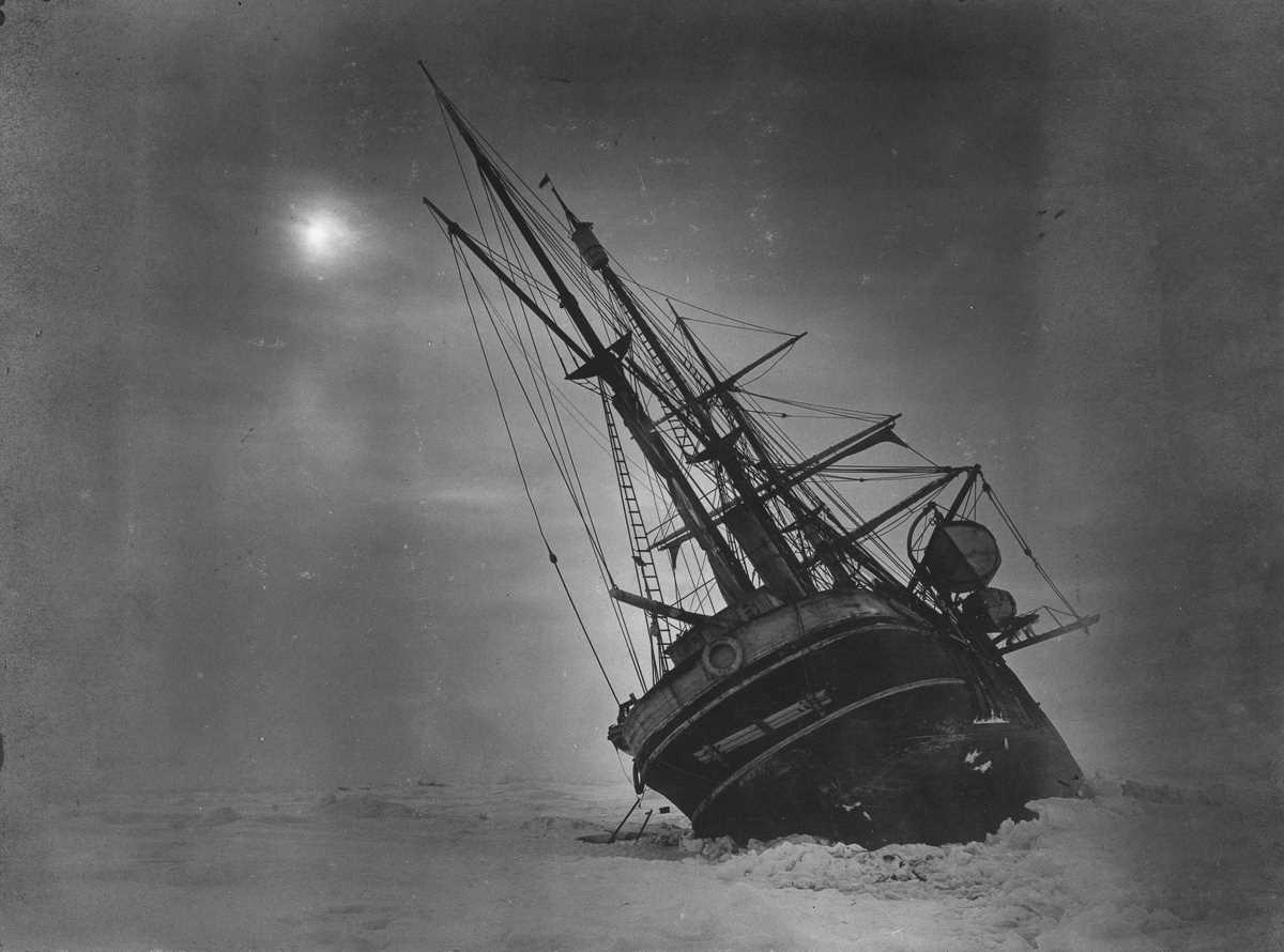 40. Крен «Эндьюранса», сжимаемого двигающимися льдинами.