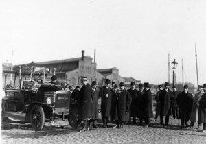 Пожарный автомобиль системы Коммер - кар, демонстрируемый у товарных складов Адмиралтейского завода.