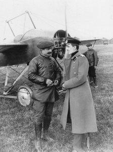 Брат авиатора В.М.Абрамовича, штабс-капитан Л.М.Абрамович и сотрудники аэродрома у моноплана.