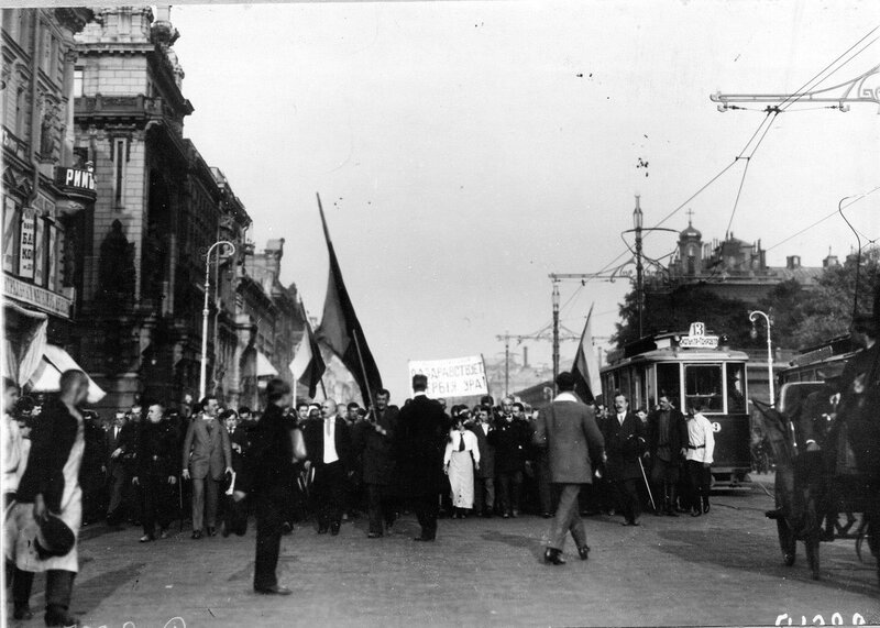 Манифестанты идут по Невскому проспекту мимо Екатерининского сада на Дворцовую площадь для заслушивания манифеста об объявлении войны Германии.