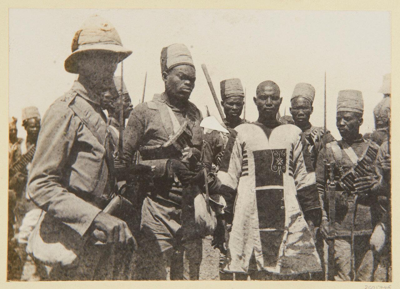 8 апреля 1898. Махмуд в запачканном кровью одежде, только  что захваченн во время битвы при Атбаре. Его эксортирует 10-ый Суданский батальон