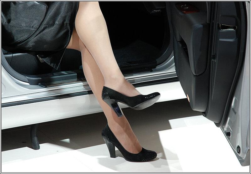 ноги на выставке