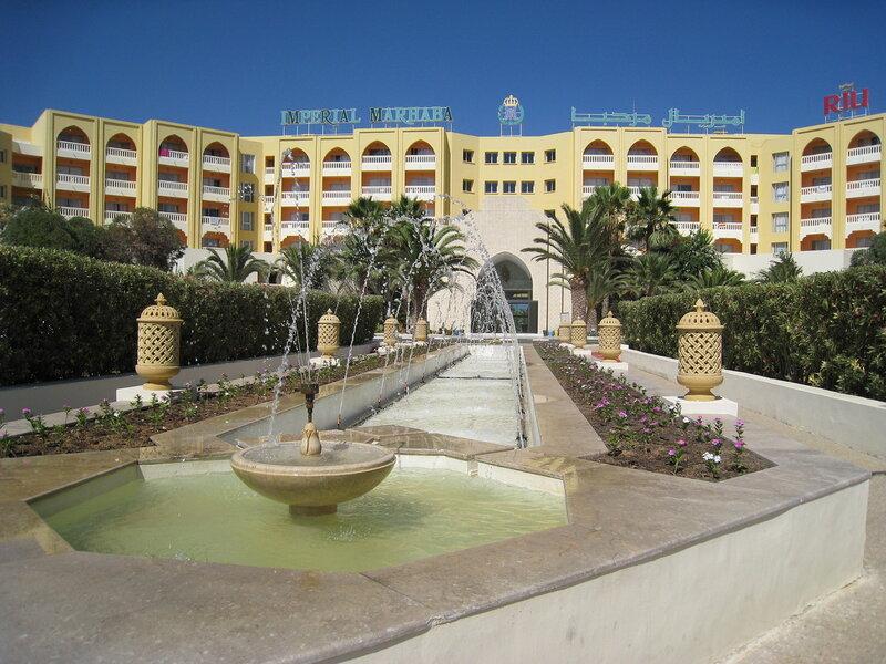 Вид на отель с парадного входа
