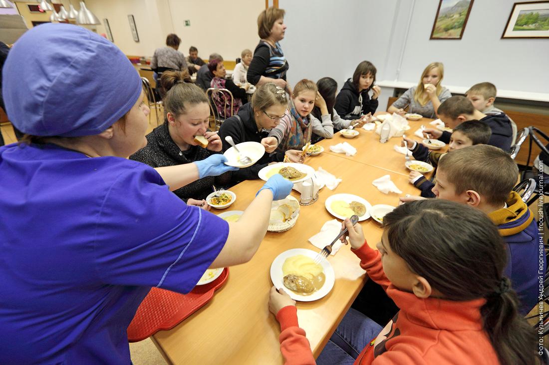 воспитанники Кимрской школы-интерната для детей сирот обедают после представления в цирке Никулина