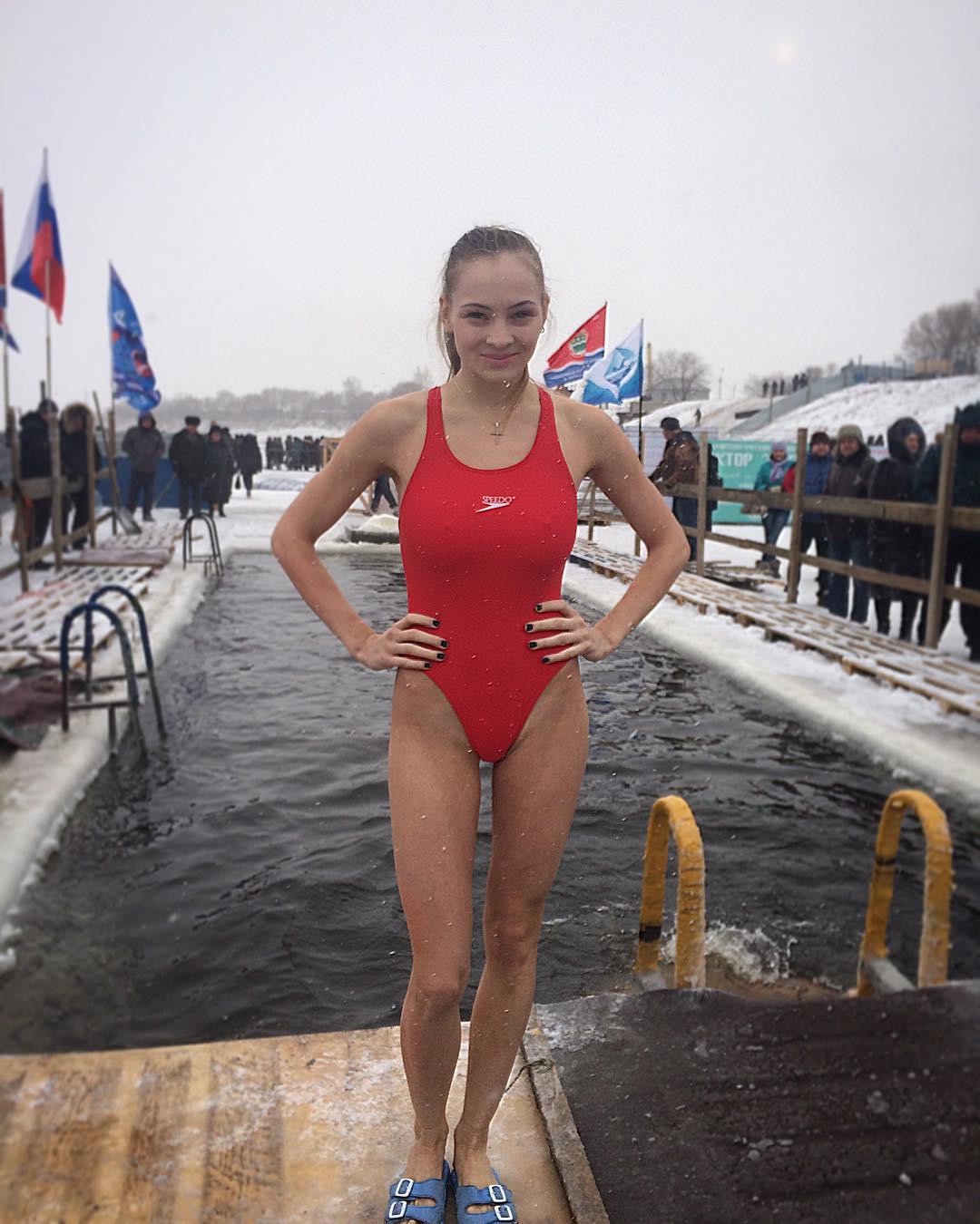 Голые девушки купаются в проруби фото