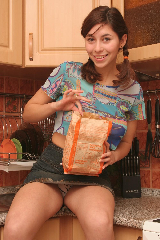 Пышногрудая Alli разделась на кухне
