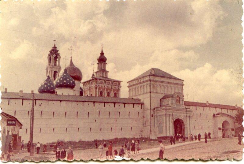 Троицко-Сергиевский монастырь в Загорске. Вход в монастырь. 26.07.83 г..jpg