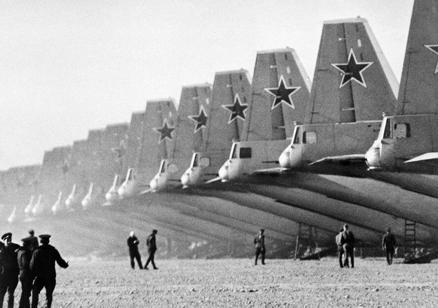 Военно-транспортные самолеты на летном поле
