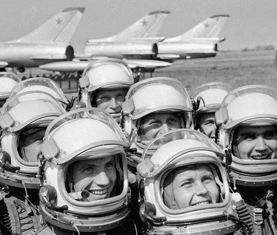 Летчики-высотники на аэродроме