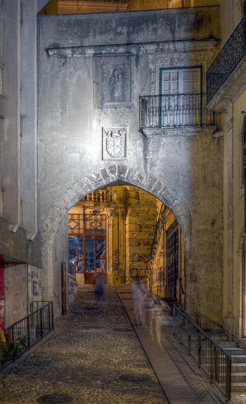 Ночная Коимбра. Ворота Барбакана (Porta de Barbacã). HDR
