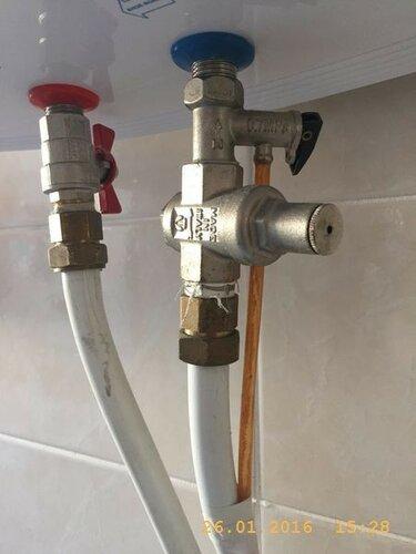 На водонагревателе подтекает сбросник