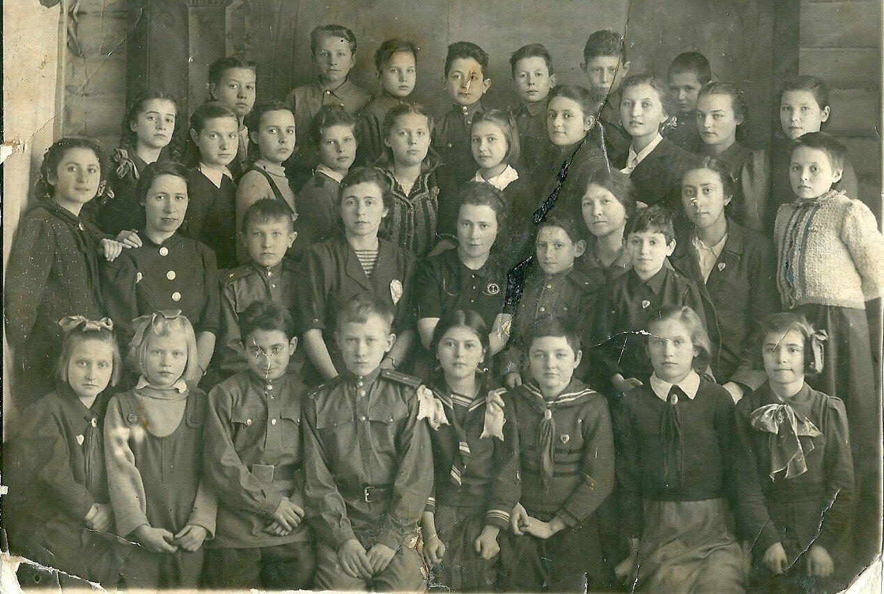 1944. Старшая группа ленинградского интерната в эвакуации