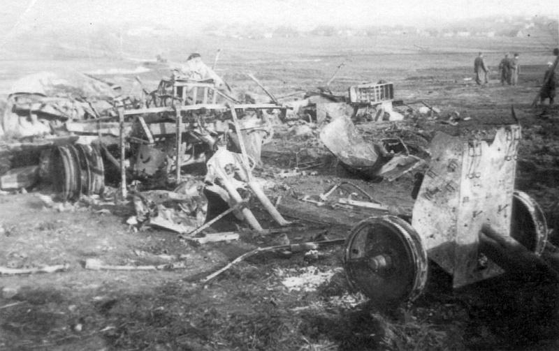 Разгромленная немецкая техника на поле близ Винницы
