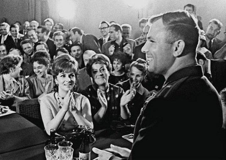 6. Юрий Гагарин и Джина Лоллобриджида, Москва, 1961 год