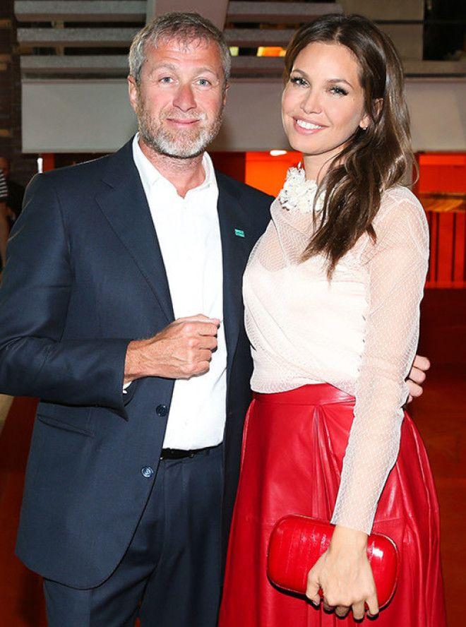 Также тихо расстались галеристка и миллиардер. 36-летняя Дарья Жукова и 50-летний Роман Абрамович бы