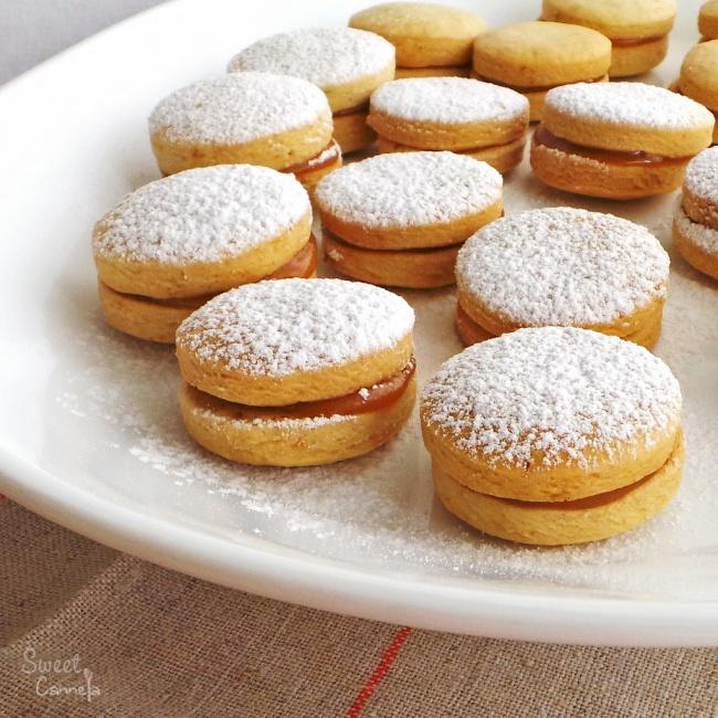 Альфахор— это круглое двухслойное печенье, пропитанное карамелью или джемом. Сверху хозяйки посыпаю